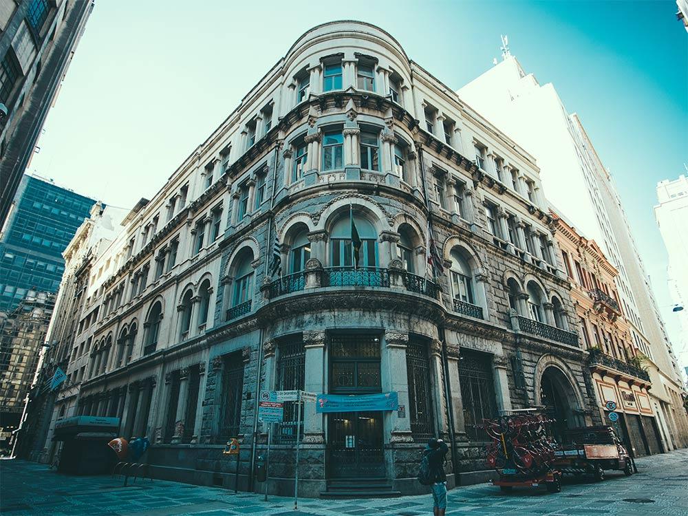 Como saber se a localização do hotel é confiável?