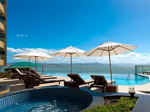 Descubra onde se hospedar em Florianópolis nesse post! Dicas de hotéis no norte, sul e centro da ilha, além da Lagoa da Conceição!