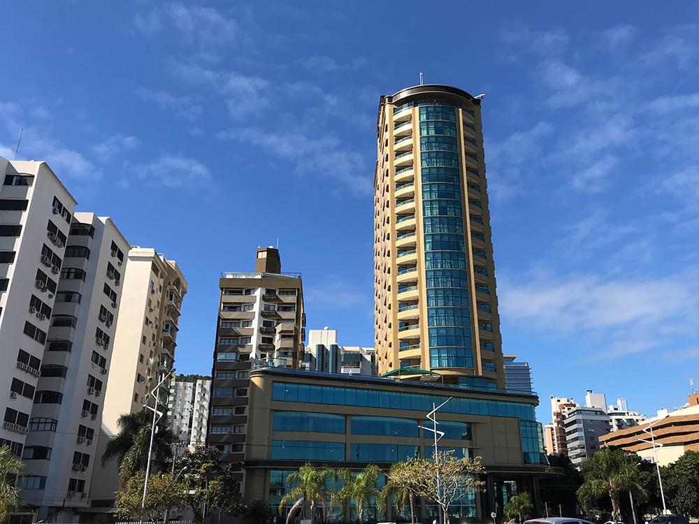 Descubra onde se hospedar em Florianópolis nesse post! Dicas dos melhores bairros, hotéis e hostels da ilha!