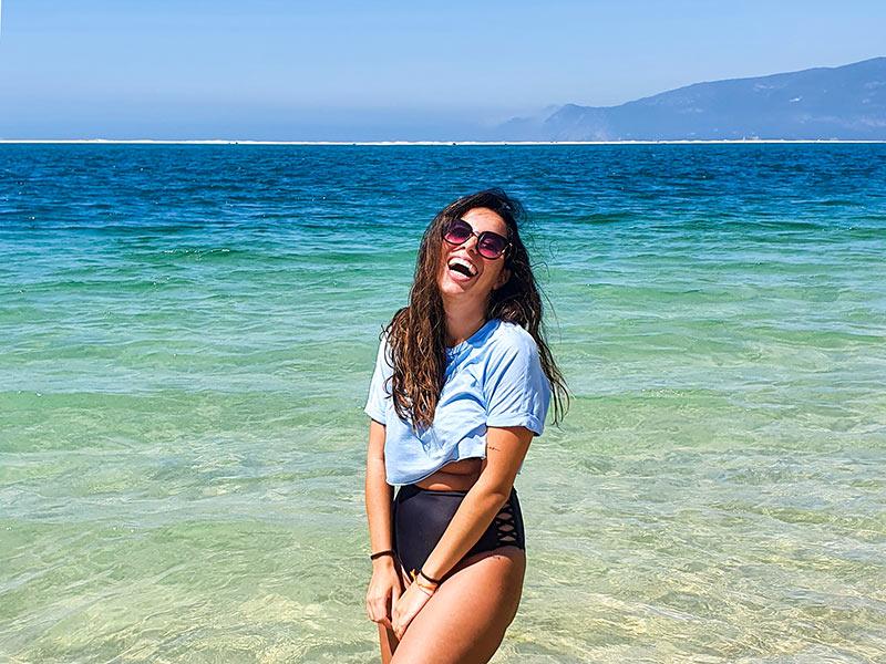 As cores da água da Península de Tróia fazem dessa uma das melhores praias para incluir no seu roteiro de Lisboa!
