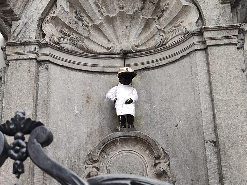 O Manneken Pis, menino fazendo xixi, atração que você não pode perder quando estiver pensando em o que fazer em Bruxelas! Veja um roteiro de 1 dia pela cidade nesse post.